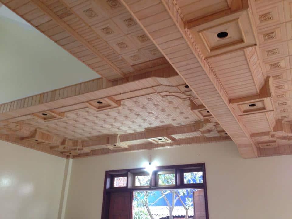 Lựa chọn trần gỗ hương phòng khách.